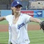 Stana Katic realiza primer lanzamiento en el partido de los Dodgers