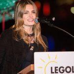 Stana Katic dio inicio a la Navidad en el parque temático LEGOLAND